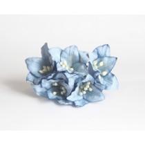 Лилии голубые 1 шт 2см высота цветка 2,5 см длина стебля ок 7 см