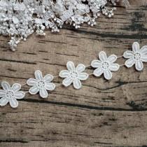 "Кружево ""Цветок 6 лепестков"" ширина 4,5 см , белое (ближе к молочному), отрез 45 см (9 цветов)"